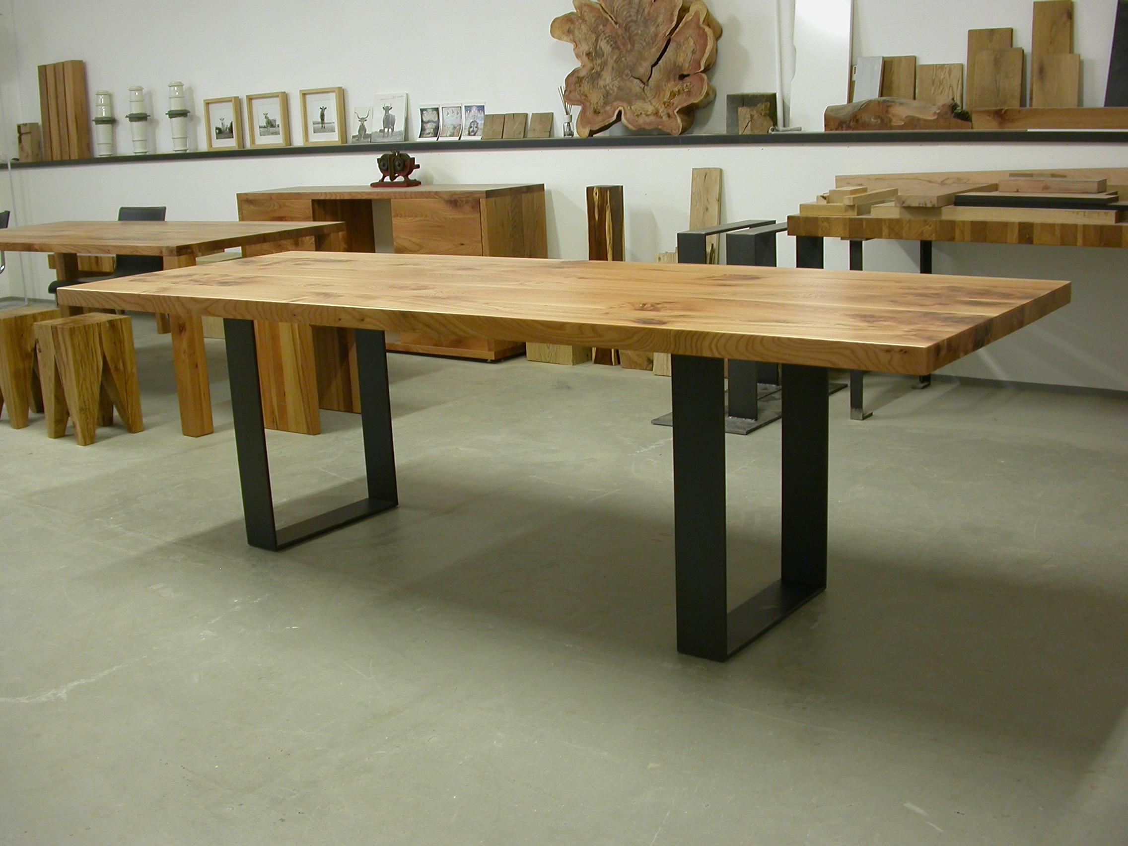 Tisch Oscar 250 x 90 x 75 cm, Rüster 5 cm stark und Stahlgestell Natur klar lackiert: Preis 1.850 Euro inkl. 19% Umsatzsteuer, ab Werkstatt.
