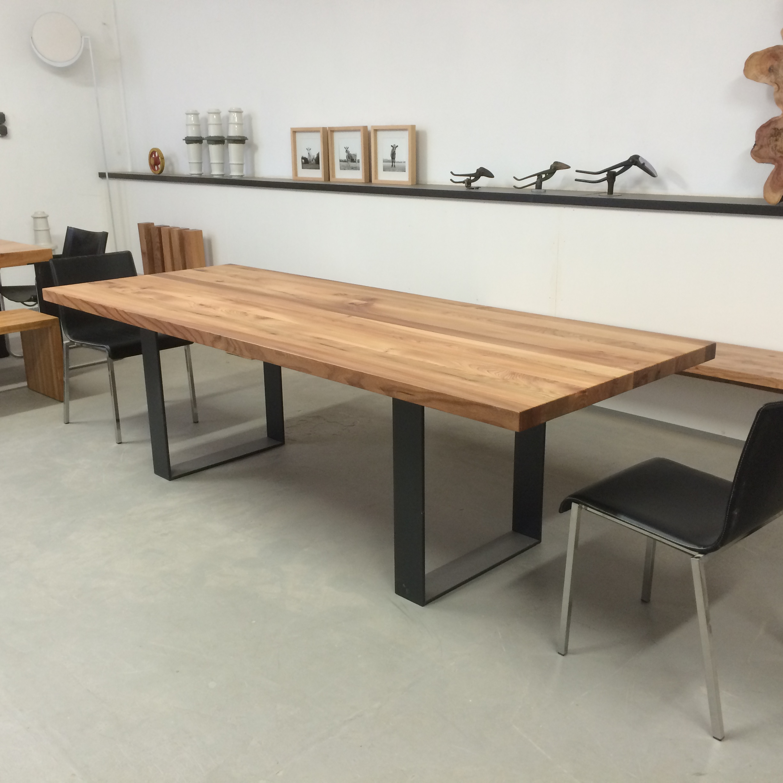 Kufentisch Oscar aus Rüster und Stahl