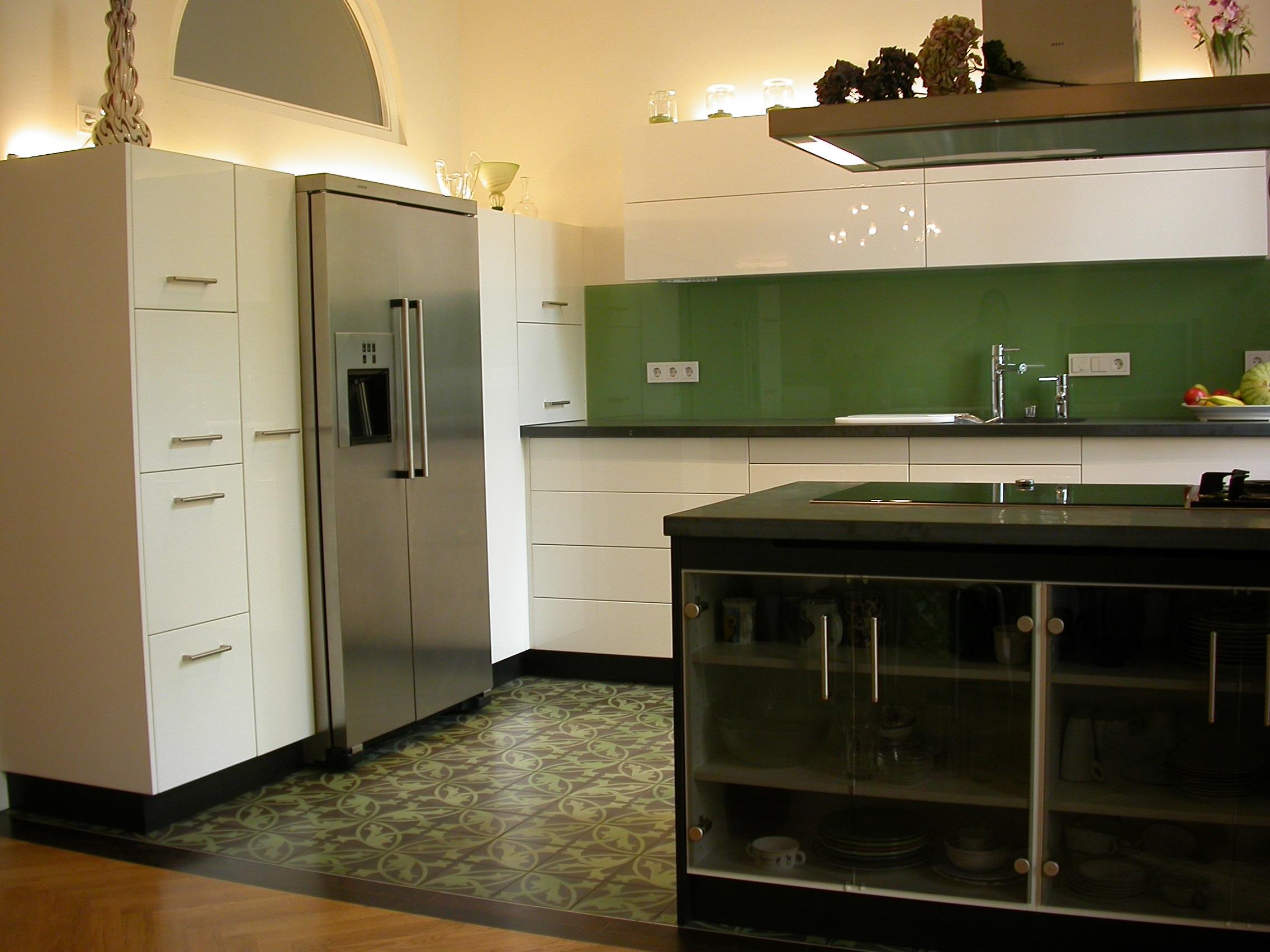 Küche Felix schwarzes MDF, weiss hochglanz, Schiefer und Glas