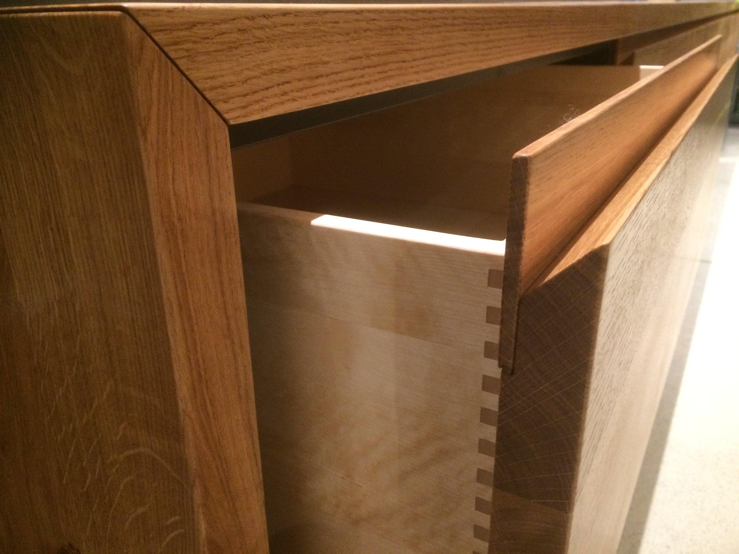 Seiten und Deckplatte auf Gehrung verbunden - Wertige Schubladen aus Birke und unsere Grifflosen Fronten.