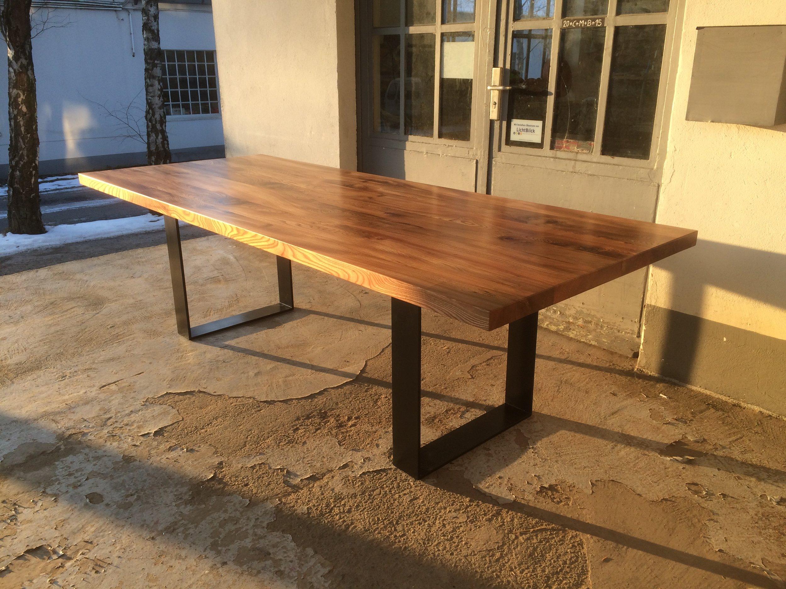 Tisch Oscar aus Rüster und Stahl 250 x 100 cm.