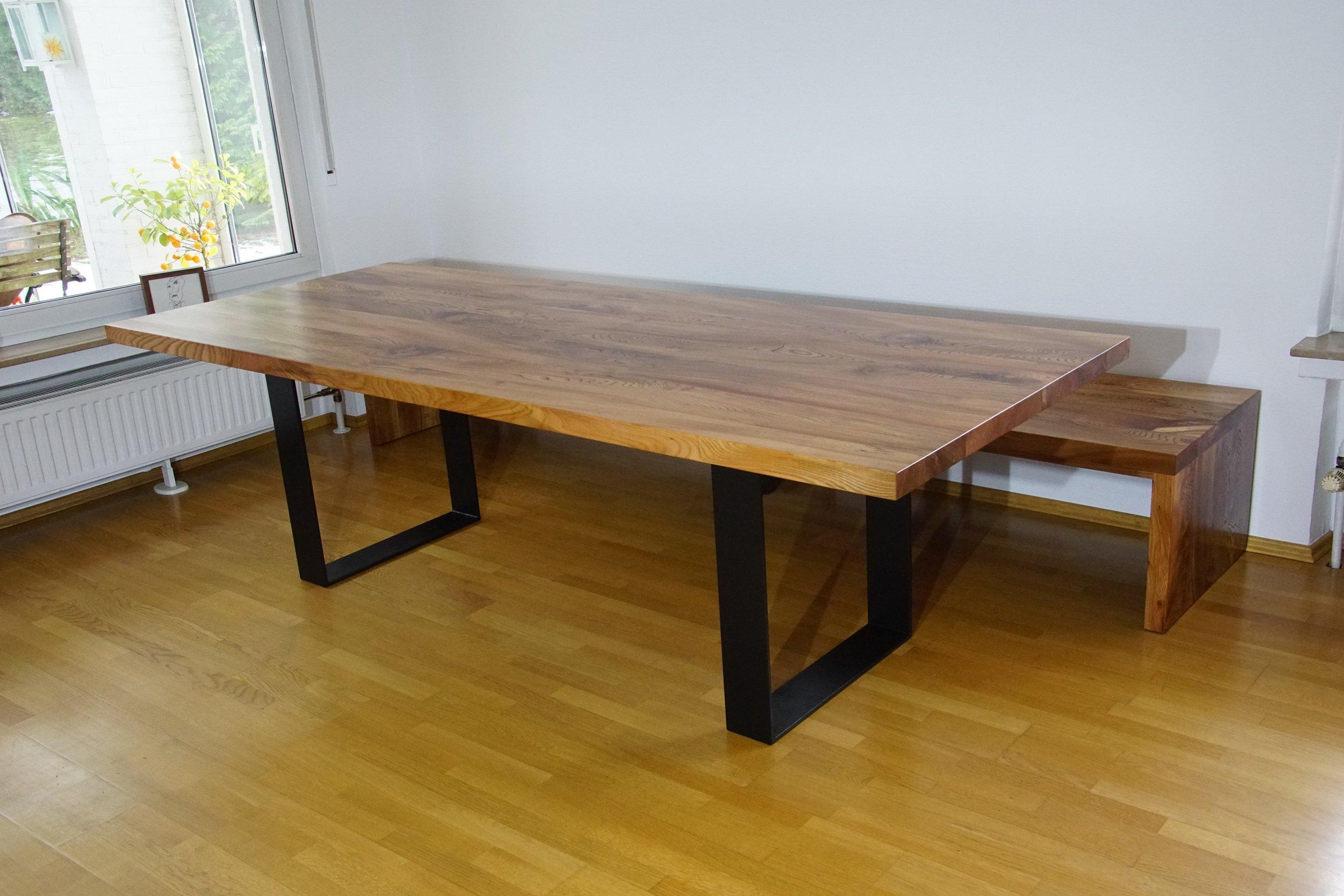 Tisch Oscar 250 x 100 und XXL Bank 300 x 60 cm aus Rüster bei Auslieferung in Belgien.