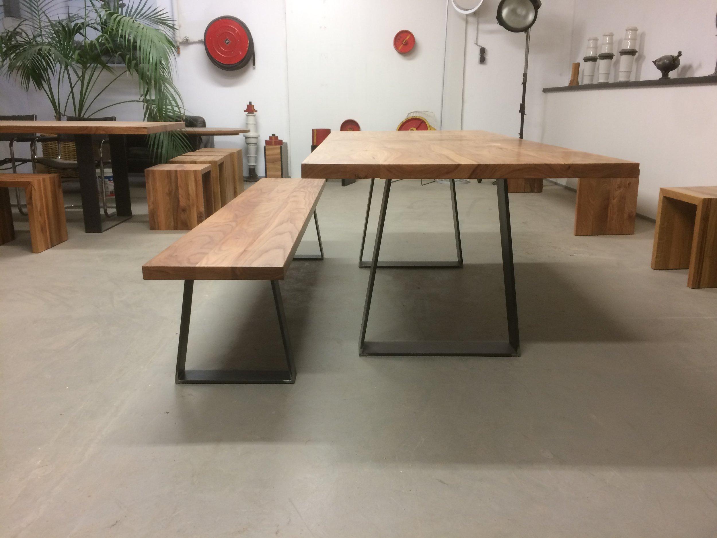 Tisch SID mit Bank, aus Rüster und Stahl
