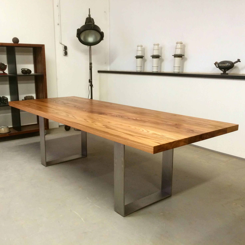Tisch Oscar aus Rüster / Ulme und Edelstahl Kufen, Preis ca 2550 Euro - Edelstahlgestelle müssen immer angefragt werden.
