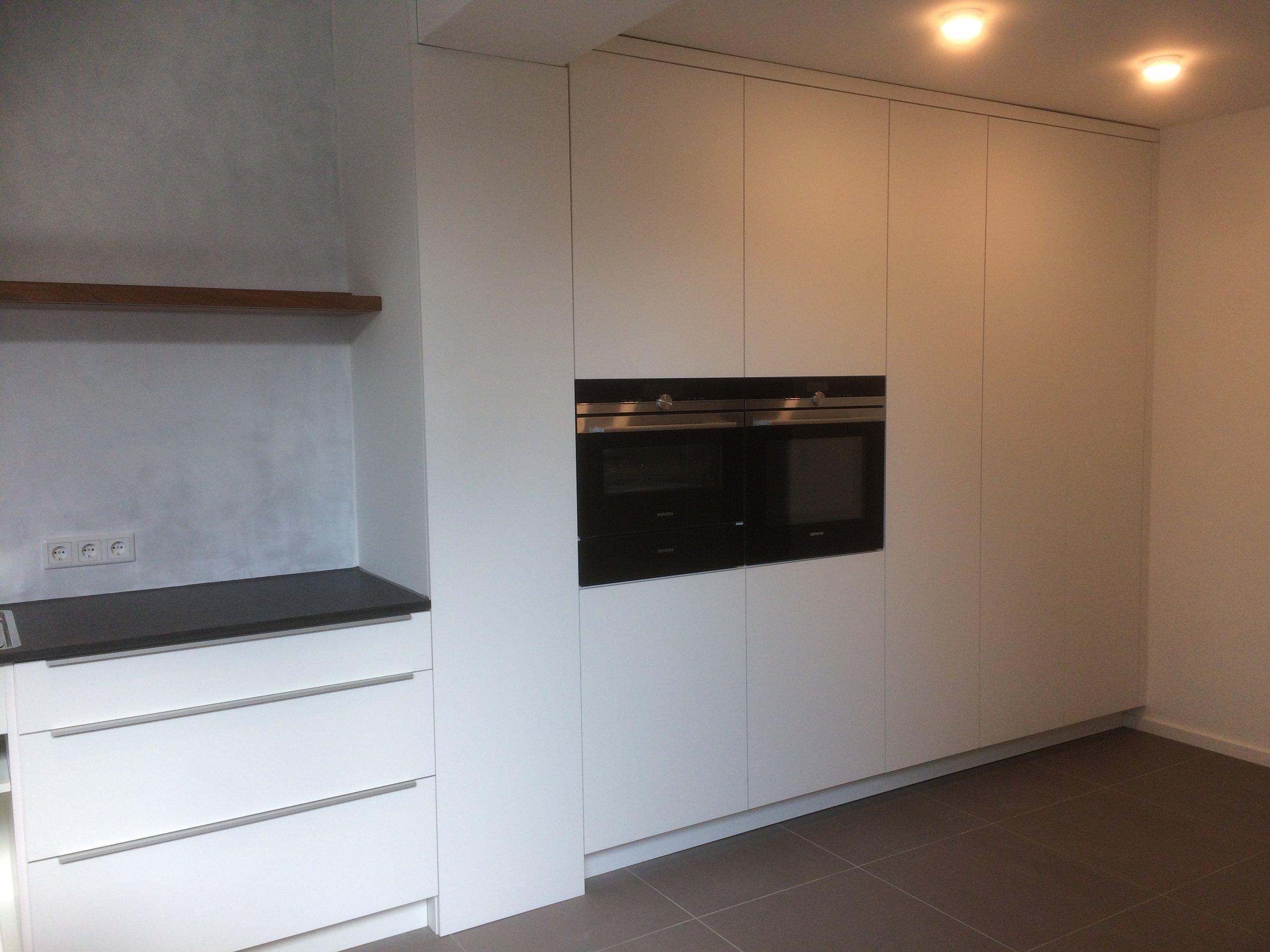 Neuste Küche, direkt im Einzugsgebiet Aachen Brand - Fronten weiß matt Beschichtet, Board aus Rüster/Ulme Stein direkt vom Steinmetz aus Nero Assoluto.