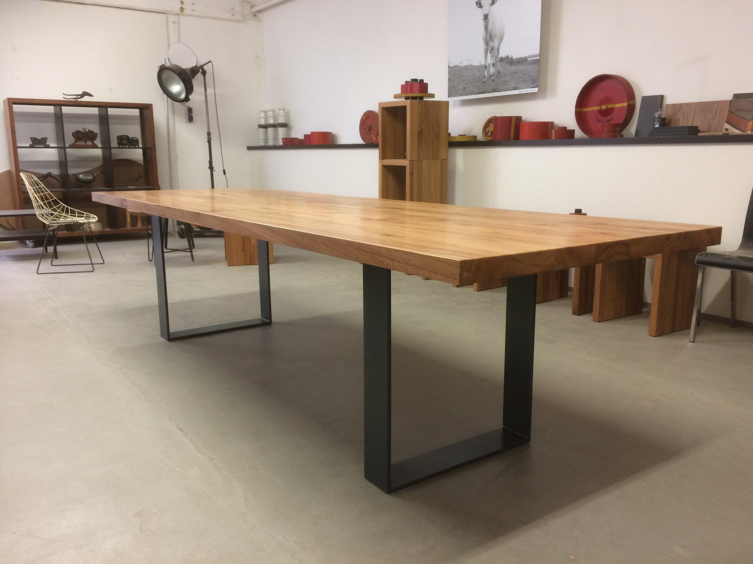 3 Meter Kufentisch Oscar aus Rüster und Stahl