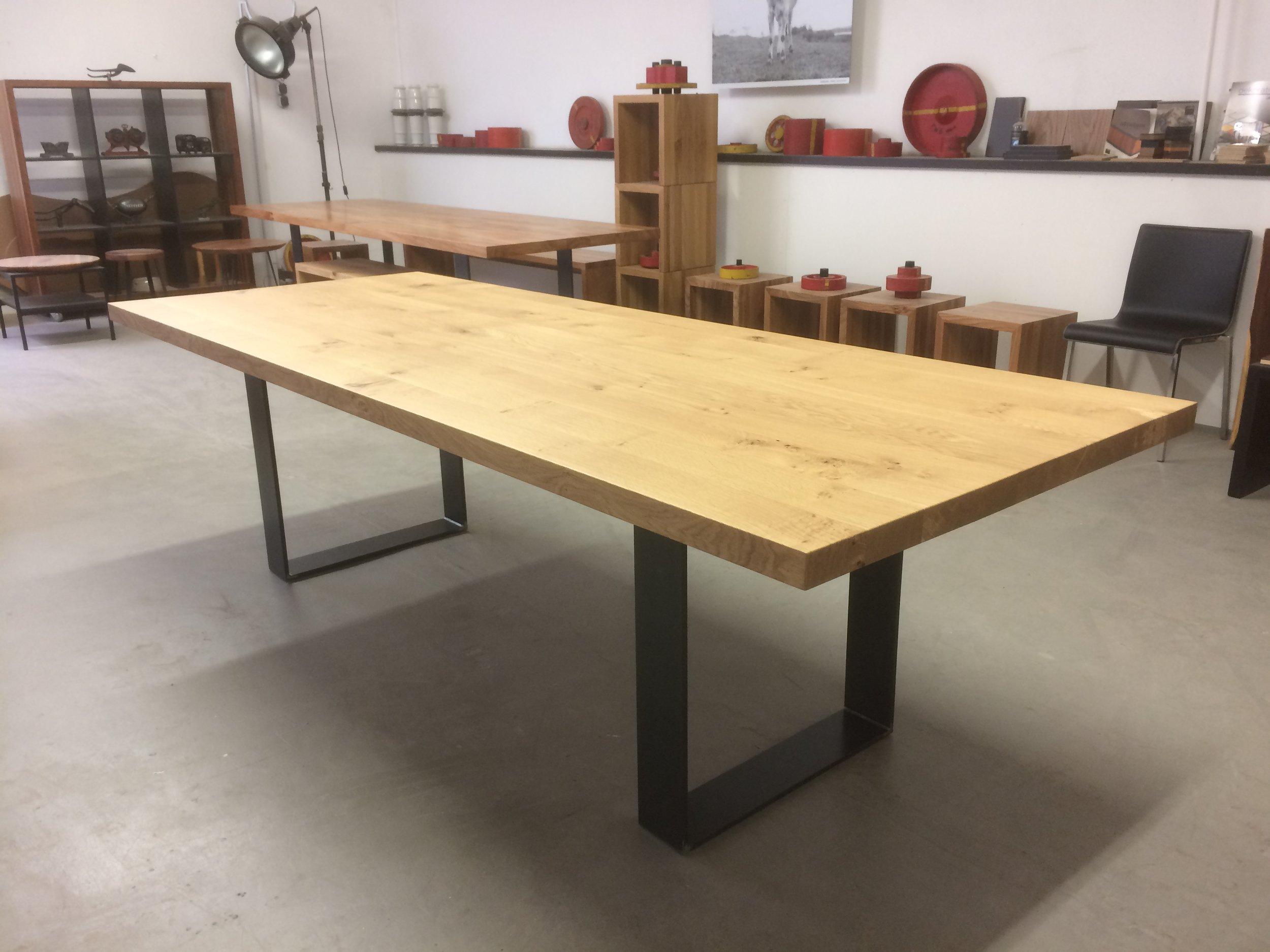 Kufentisch Oscar aus Asteiche und Stahl, 260 x 100 cm 2200 Euro