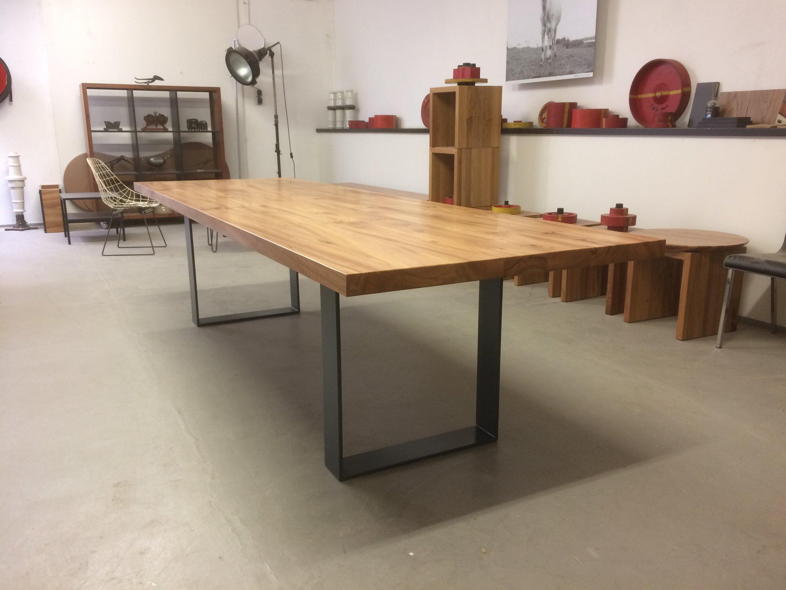 Kufentisch Oscar aus Rüster und Stahl in 300 x 93 cm 2500 Euro
