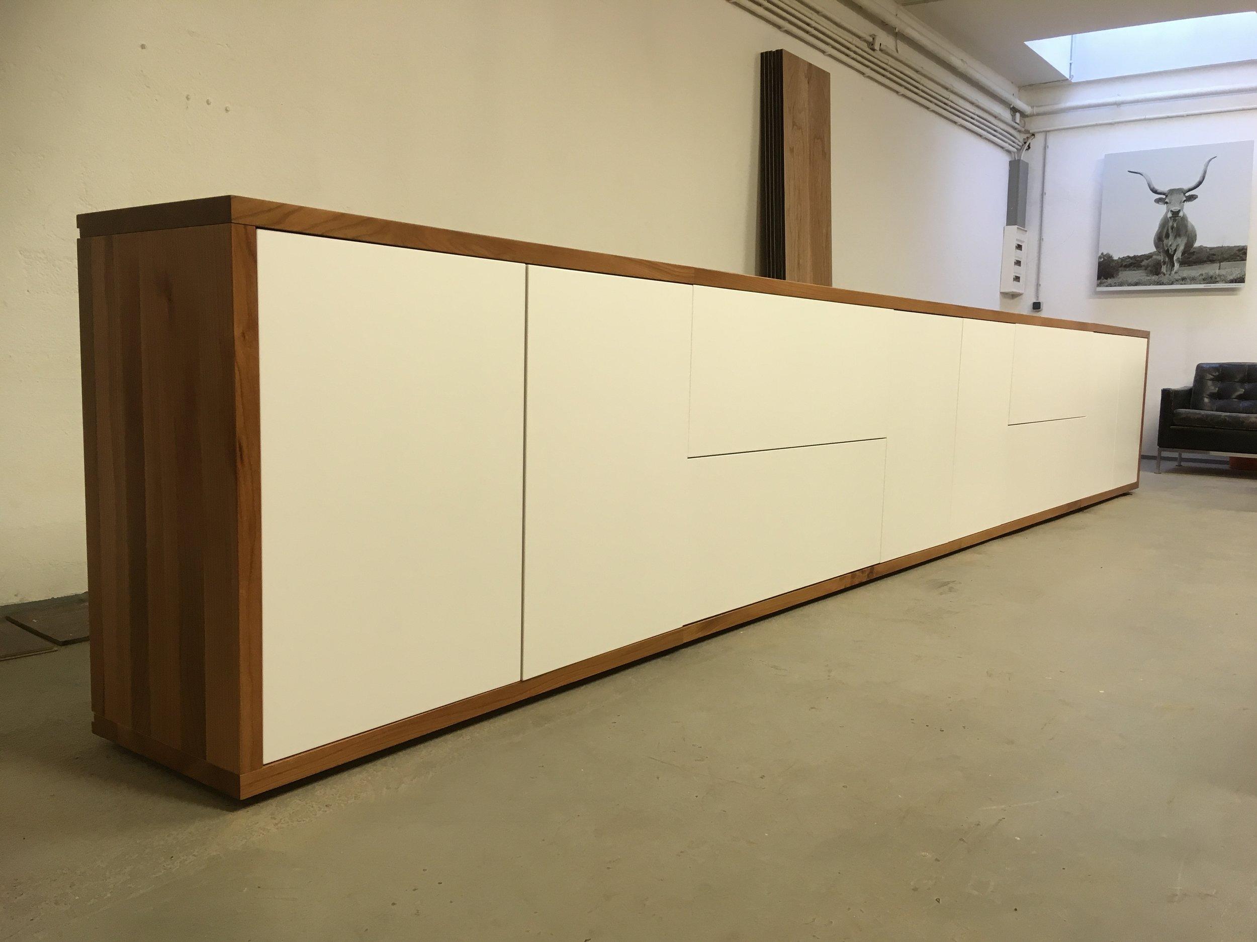 Longboard aus Rüster Valchromat schwarz und weiß lackiertem MDF ca 6 m lang 5500 Euro inklusiv Lieferung in Aachen. Wir liefern in ganz Deutschland.