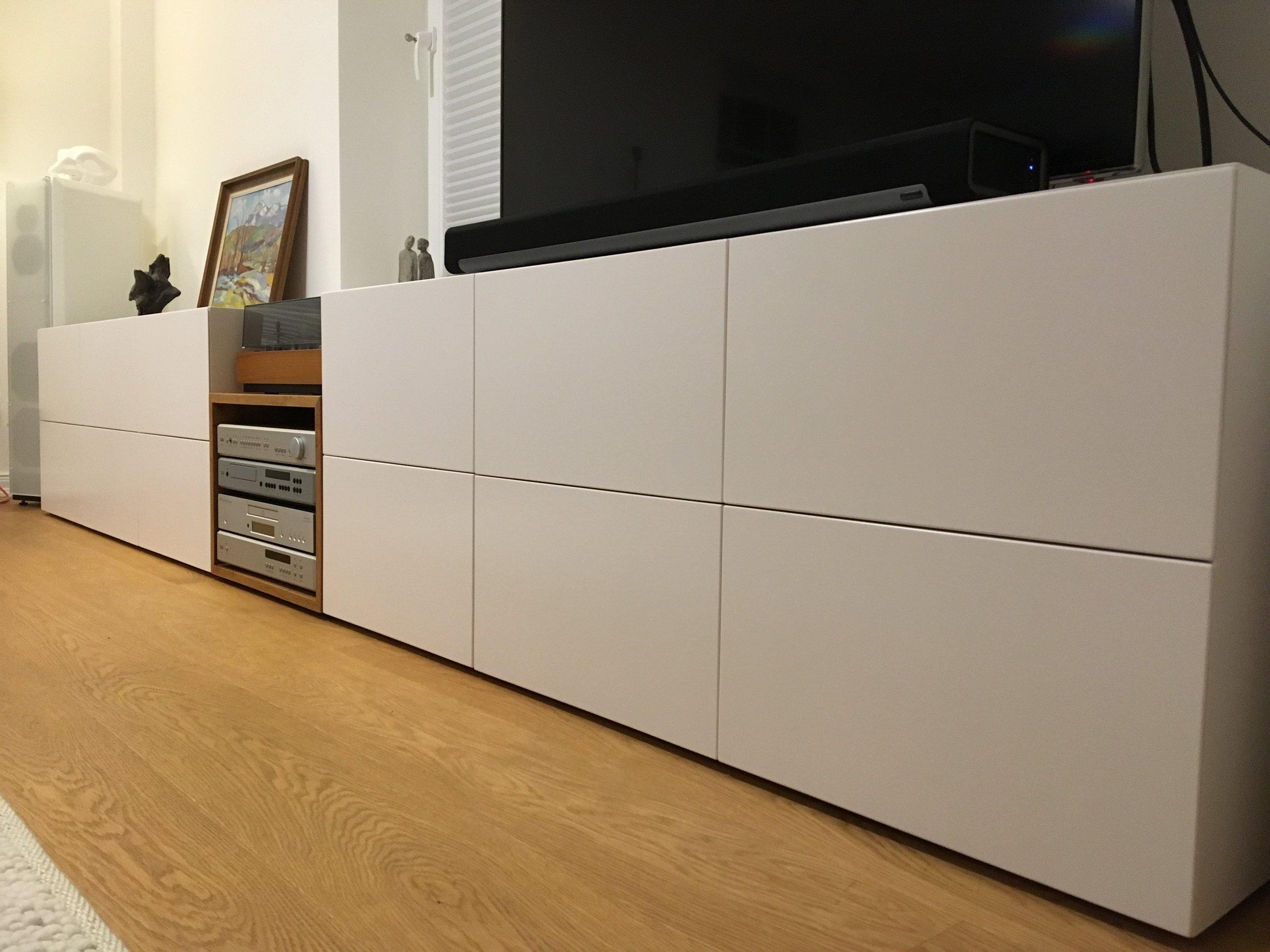 Lowboard, ca 330 cm lang, 54 cm hoch und 46 cm tief, ca 4200 Euro inklusiv 19 % Umsatzsteuer mit Transport nach Hamburg.