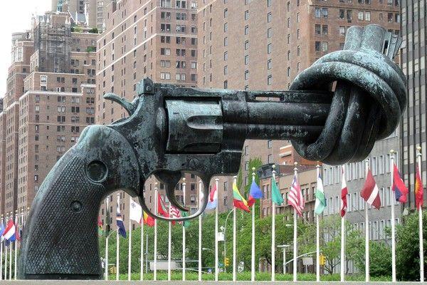 """A little """"Non-Violence"""" in our own backyard: Carl Fredrik Reutersward's famous knotted gun. Sculptures Public, Street Art, New York, Gun Sculpture ( www.pinterest.com )"""