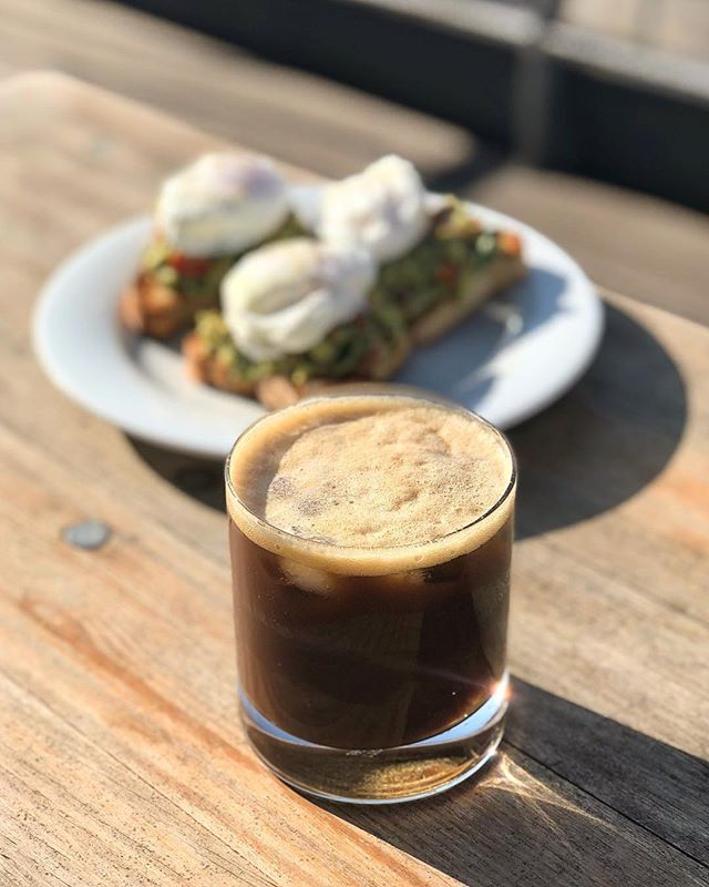Happy weekend! ☀️ Start this beautiful day with an espresso tonic in the sun. • #coffee #cafe #espresso #tonic #munich #breakfast #homemade #poachedeggs #avocado #avocadotoast #espressotonic #sun #balcony #weekend #sunshine #icedcoffee #beansnwater #bnwhq #getyourbeanstogether