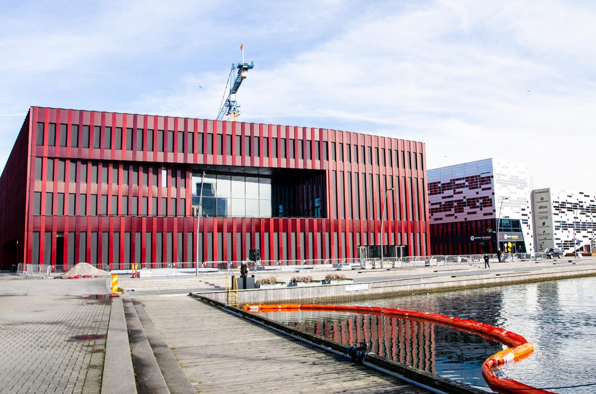 Det nye rådhuset har flott beliggenhet i indre vågen i Sandnes.