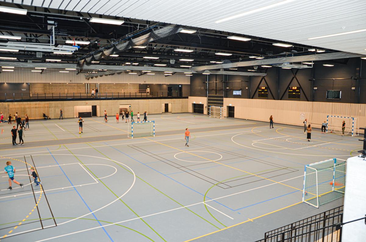Flerbrukshallen har en gulvflate på 2.300 kvm, noe som gir to komplette håndballbaner.
