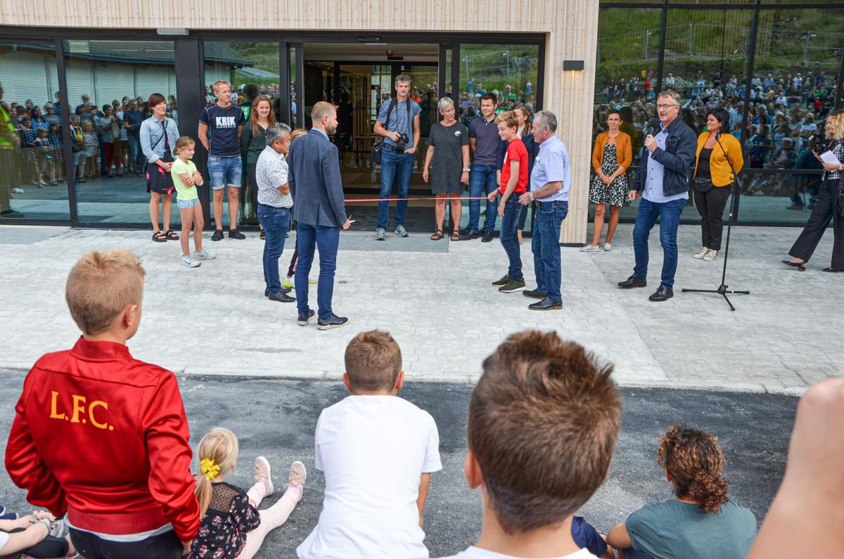 Helseminister Bent Høie klippet snoren og åpnet den nye hallen.