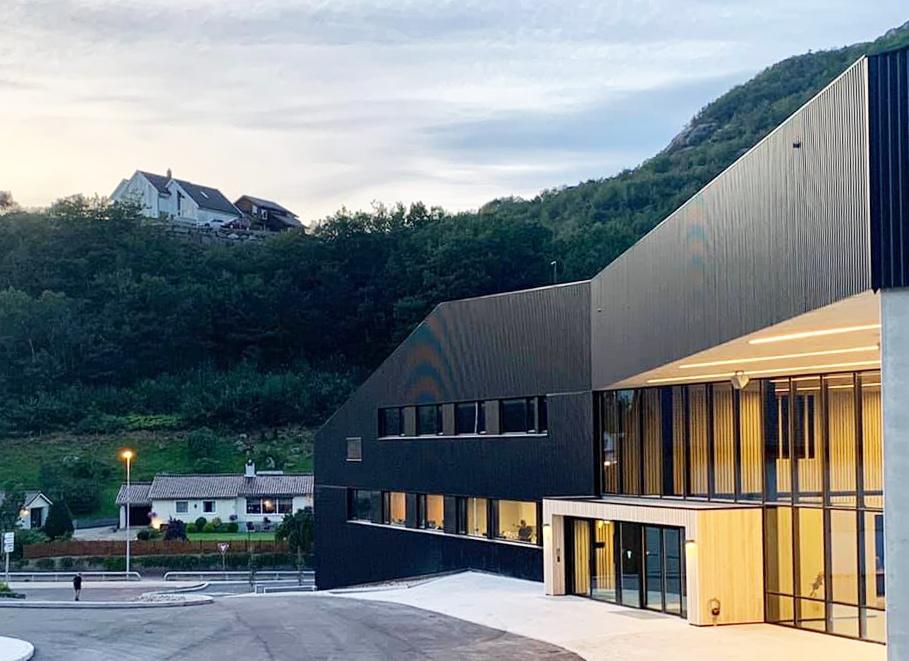 Inngang idrettshall og næringsdelen.  Foto: Ark Vest