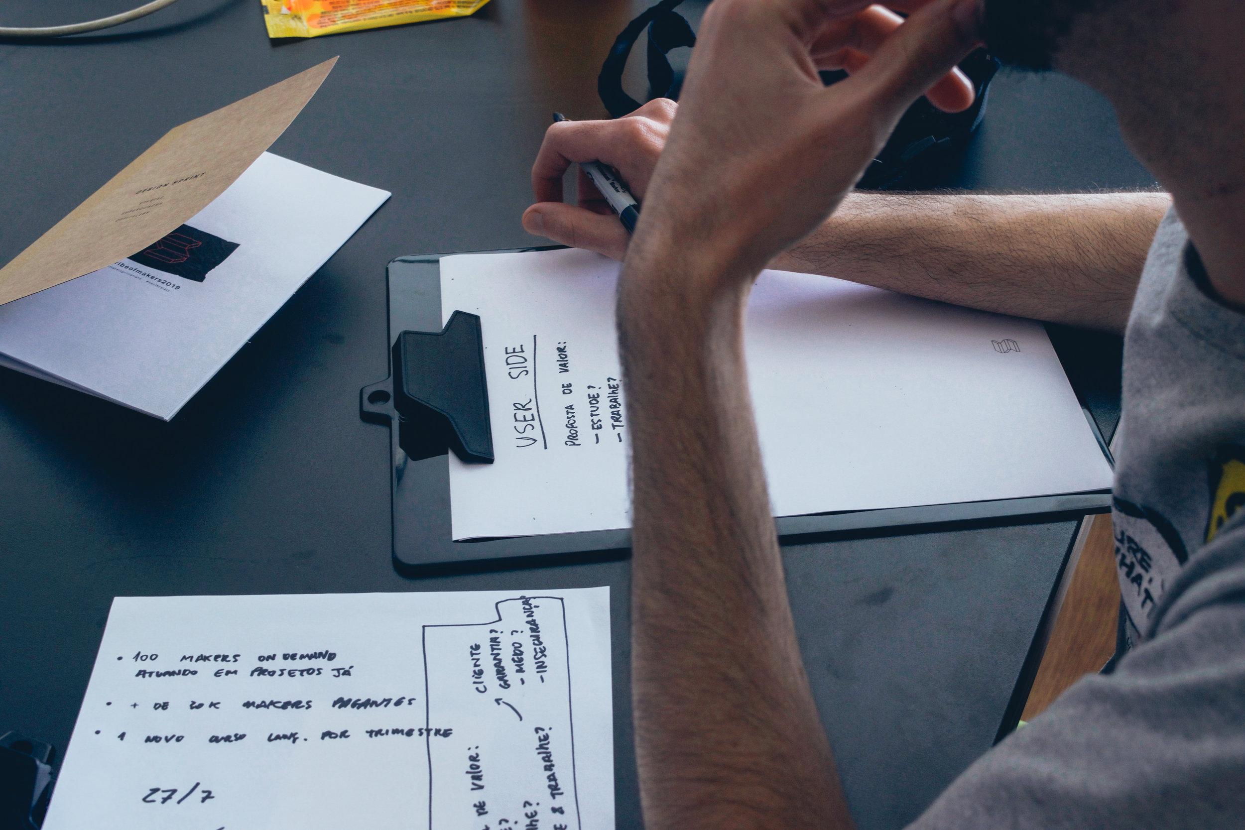 الإسبوع الثاني: - اليوم الأول: التعرف على مفهوم بناء معرض الأعمال كدراسات حالة وكيفية بناؤها.اليوم الثاني: التعرف على إستراتيجيات التسعير وكيف تختار الإستراتيجية المناسبة لك.اليوم الثالث: إستراتيجيات التعامل مع العملاء (العميل المستعجل، العميل الغاضب ..الخ)اليوم الرابع: أساسيات بناء علامة تجارية لمشروعك، وكيف تحصل على أول أعمالك كمصمم.اليوم الخامس:ملخص الكورس وكيف يمكنك إكمال رحلتك في بناء معرض أعمالك.