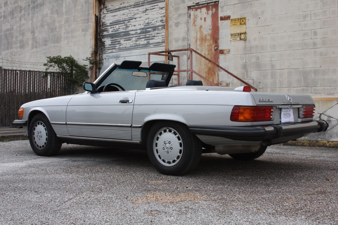 1987 Mercedes-Benz 560SL - 05 of 32.jpg