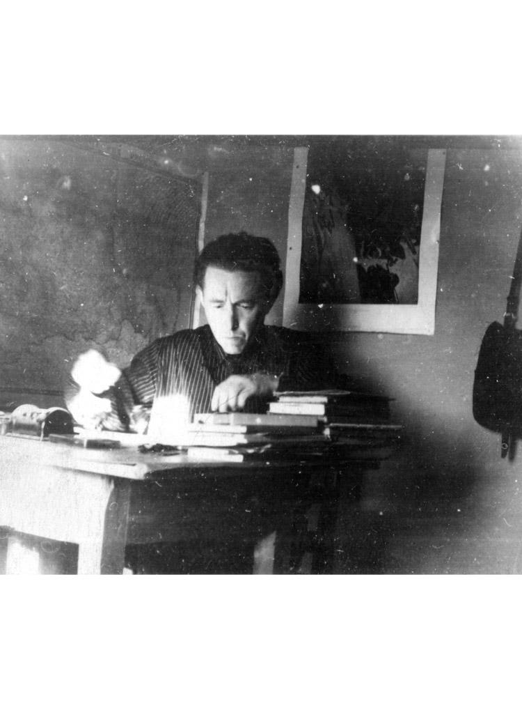 3.2 ┆   Exiled teacher of mathematics.  Solzhenitsyn in his Kok-Terek hut. 1954–55