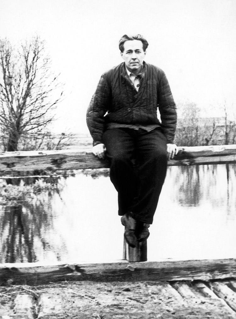 4.3 ┆   Aleksandr Solzhenitsyn at Mezinovka.   Mezinovka village, October 1956