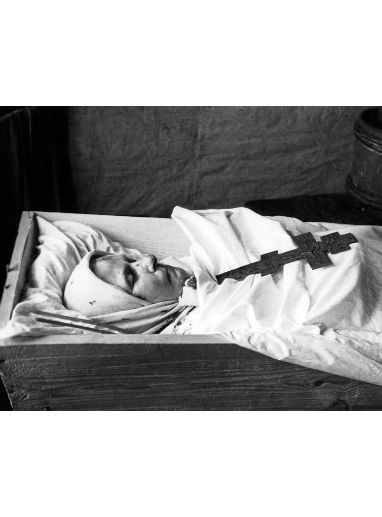 4.7 ┆   Matryona Vasilievna Zakharova in coffin.   1957