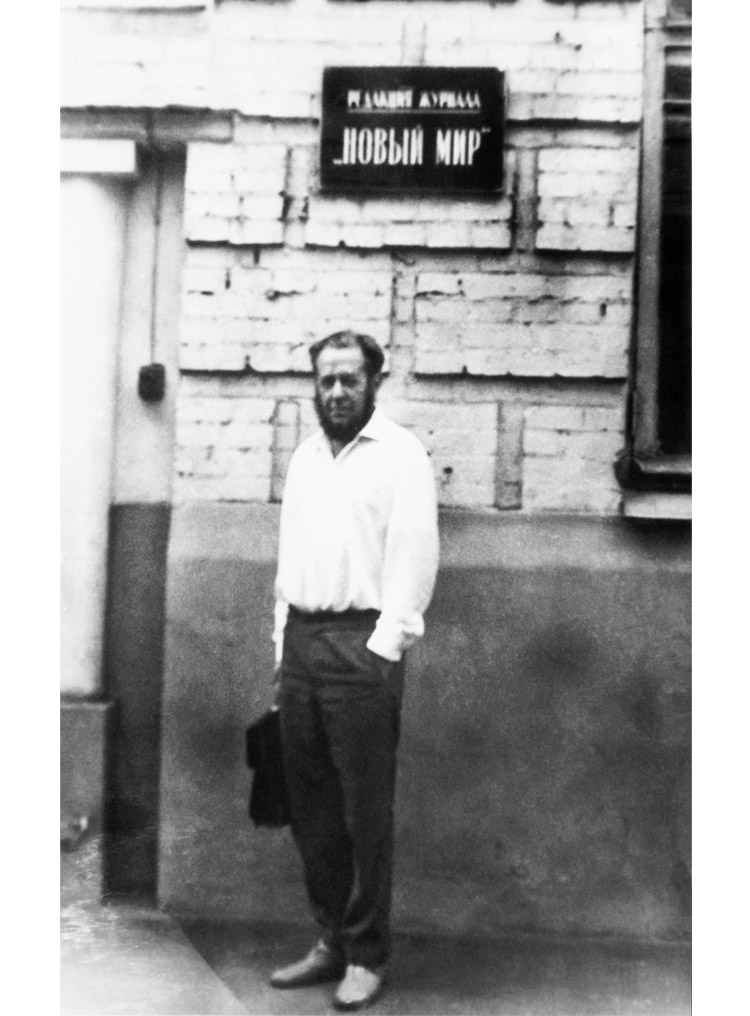 5.12 ┆   Aleksandr Solzhenitsyn in front of the editorial offices of  Novyi  Mir .   Late 1960s.