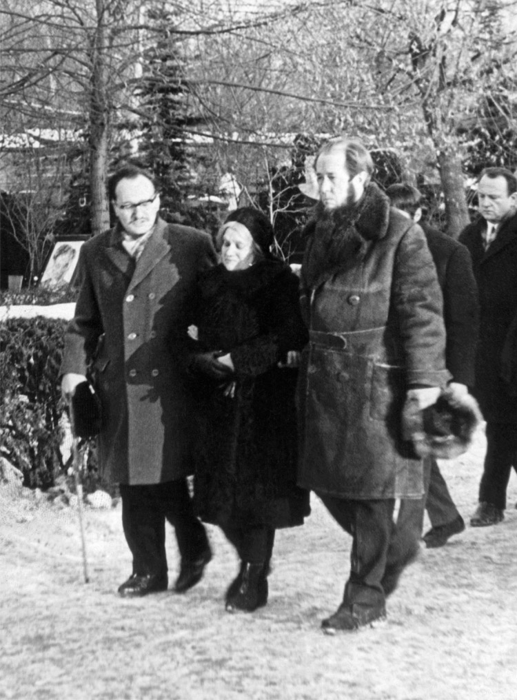 5.14 ┆   V. Y.  Lakshin, M. I.  Tvardovskaya (new widow), Aleksandr Solzhenitsyn at the funeral of A.T.  Tvardovsky.   December 1971