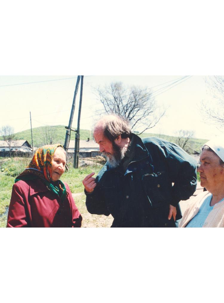 9.2┆Exchange of opinions.   Popov Island (off Vladivostok),29  May 1994 Credit: Yuri Feklistov ©  Sipa  Press