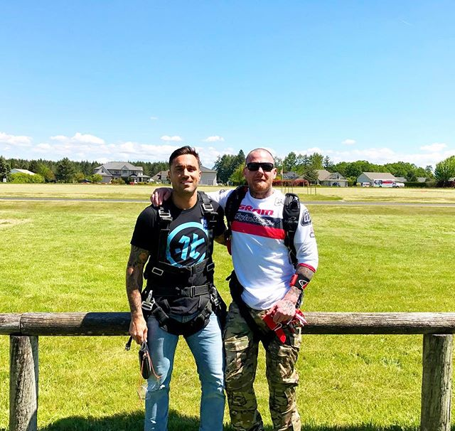 Jumping outta perfectly good airplanes with my man @jaimealexandersmith ✈️ I'm excited to start practicing this sport!  #rare #alchemy #life #goodvibes #lifestyle #pdx #skydive #skydiveoregon