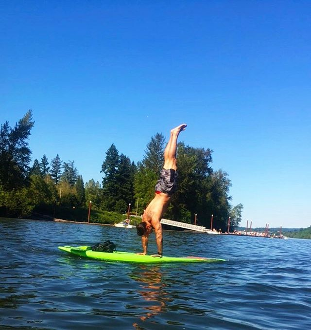 Summer vibes 😎  #rare #life #goodlife #goodvibes #handstand #sup #paddleboarding #love #pnw #pdx #happiness #fitness #athlete 📸 @jaclyn_robyn ✌️