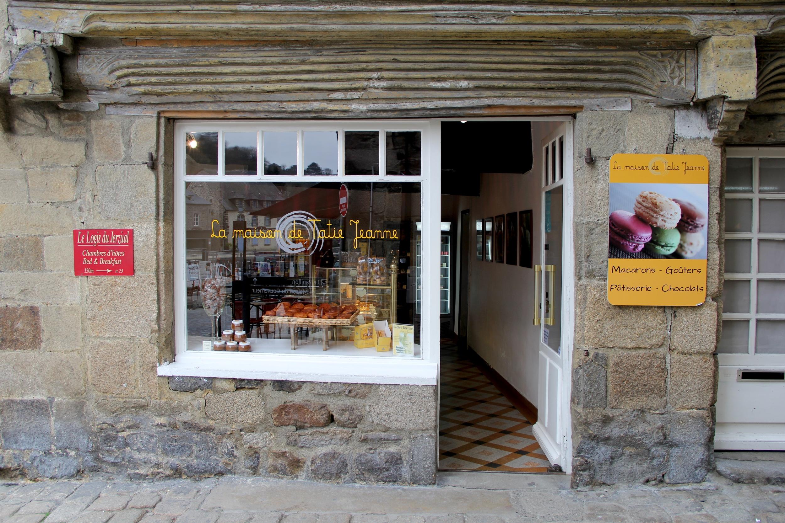 Bakery along Rue du Petit-Fort in Dinan, France