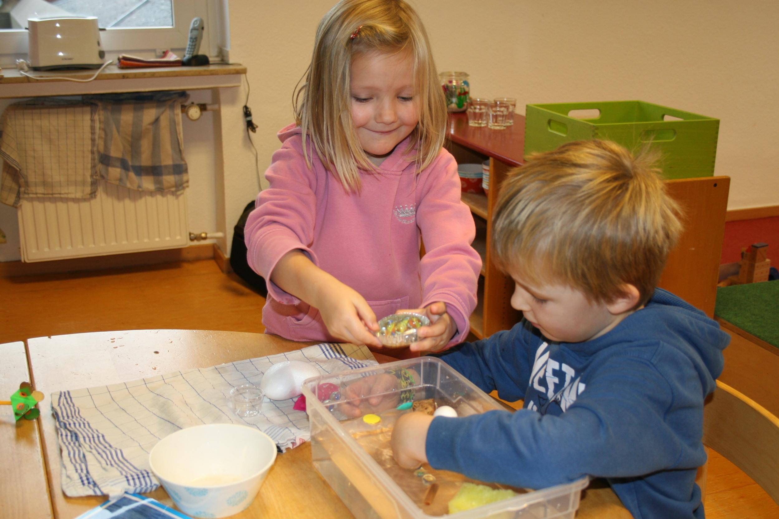 Experimente mit Wasser im Kindergarten durchführen mit den Experimentierkästen und Experimentierkoffern der Technik Türme für Kindergarten & Vorschule.