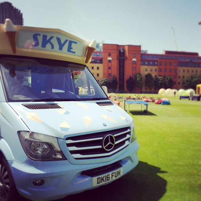 What a ☀️ day for our corporate event at the Honourable Artillery Company serving some tasty 99's🍦 #corporateevents #icecream #icecreamvan #whitbymorrison #London #eventcatering #mobilecatering #vintage #scoffandsip