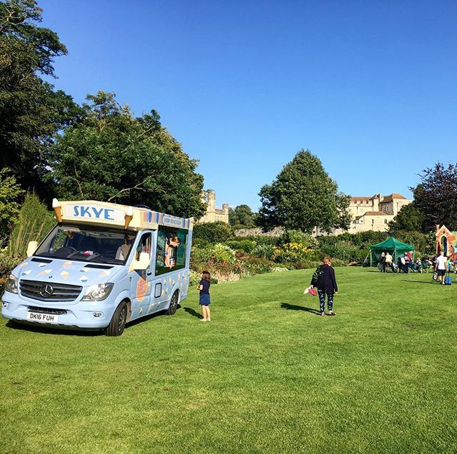 Beautiful sunny evening at a children's theatre event here in Kent ☀️🍦#icecreamvan #eventcatering #99flake #softicecream