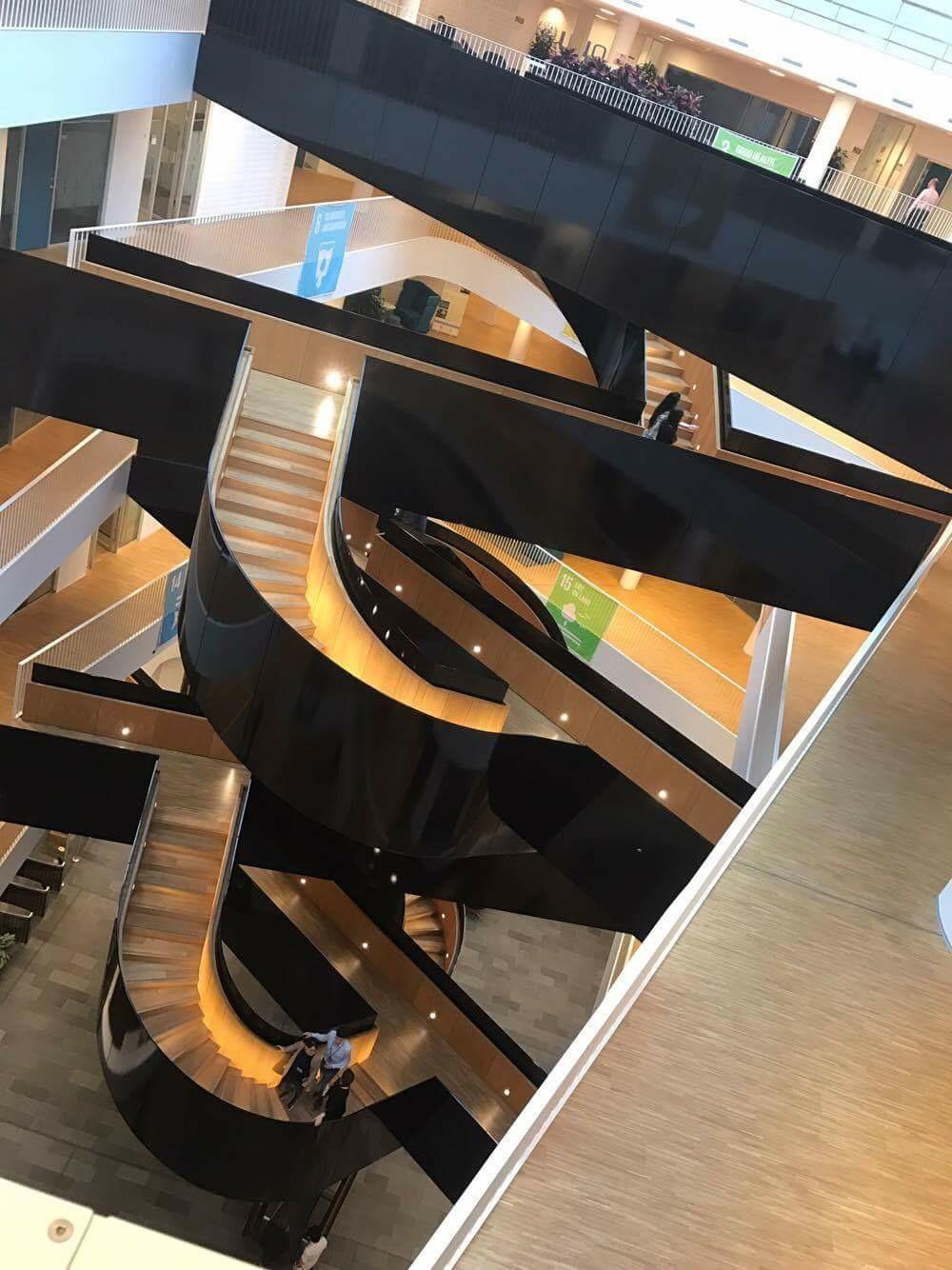 I hjärtat av byggnaden finns den enorma designtrappan