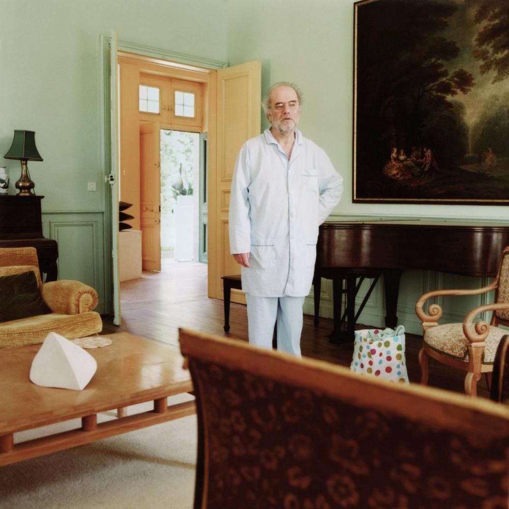 Hervé, Donzy, 2006.   Oncle Hervé. Il est midi. On entend de l'Opéra. Il est encore en pyjama.Oncle Hervé aime bien traîner et raconter des histoires le dimanche matin.