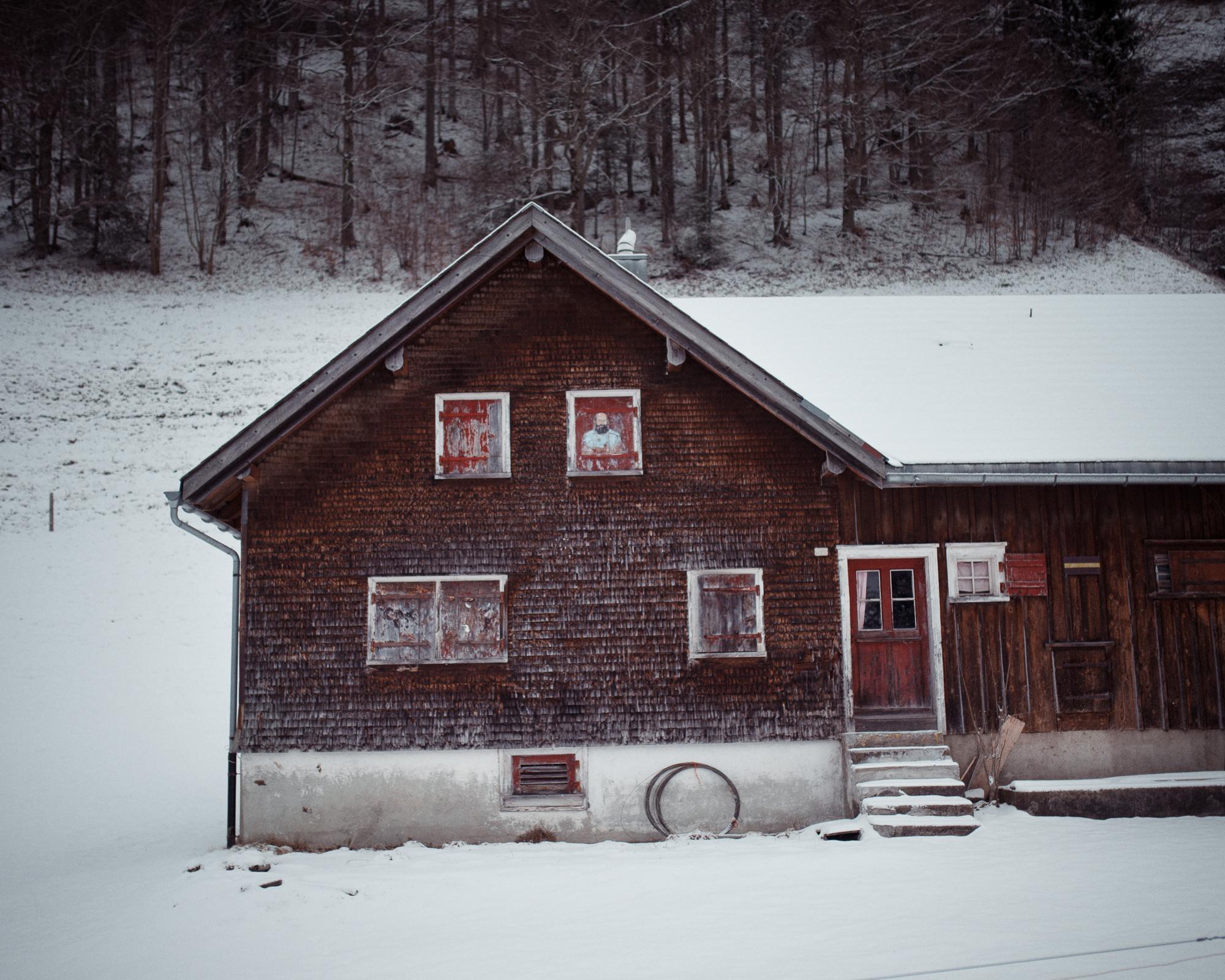 Casa nella neve con ritratto sulla finestra, Schwägalp-Pass (SG_AR-CH 2017)