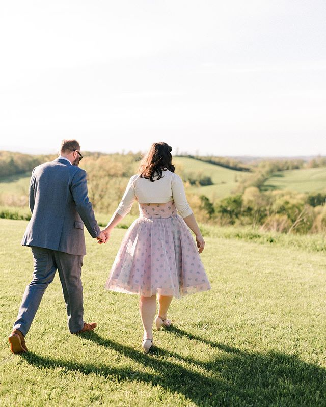 Hello from a long hiatus 👋🏻I started up this season with two gorgeous May weddings, and ready to share some Spring beauties and celebrate the changing seasons! Here is a shot of Mary Flo + Adam in the prettiest pastoral scene in New York. Also, completely obsessed with Mary Flo's vintage prom wedding dress 💕Hope everyone's been doing well and out enjoying Spring! 🌿