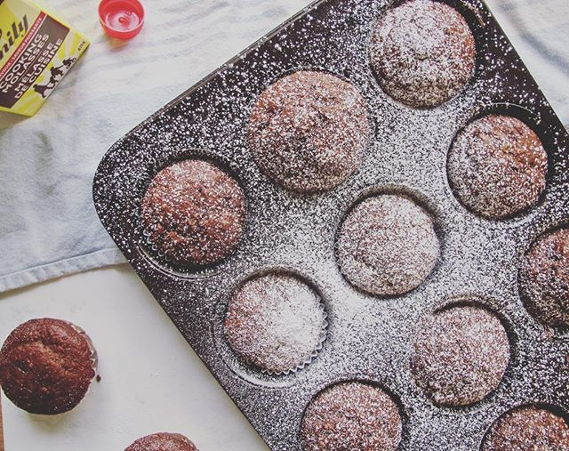 Tis the season for gingerbread...muffins // Any iron snobs out there? Molasses are high in iron making these gingerbread muffins a healthy and tasty treat! Grab the recipe 👇🏼 1C cup flour (whole-wheat or regular) 1/2C oat flour 1t baking soda 1 1/2t cinnamon 1/2t dried ground ginger 1t pumpkin spice 1/4t salt 3T peanut butter or coconut oil 1/4C pure maple syrup 1/4C molasses 1 egg or flax egg if vegan 1 teaspoon vanilla 1/3C plain greek yogurt or 1/3C unsweetened apple sauce if vegan 1/2C unsweetened vanilla almond milk  1/3C vegan or regular chocolate chips Preheat your oven to 350 degrees. Mix the dry ingredients in one bowl and the wet ingredients in another then whisk them all together. Take your lined muffin tray and spray the liners with a bit of oil. Place in the oven for 18-22 minutes or until a toothpick comes out clean. Take out and let cool, then enjoy with some icing sugar on top! #healthfoodsnob