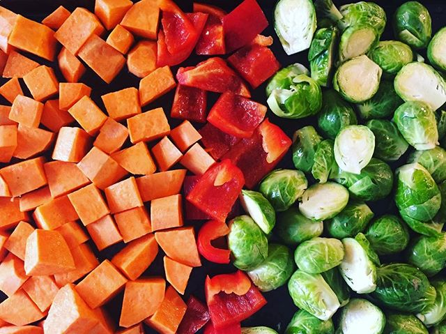 Pro tip // don't let your veggies go bad. If they're starting to wilt, chop them up, toss them in some oil and top with your favourite spices. Throw them in the oven and bake them at 350 degrees for 15-40 minutes flipping part way (longer for root veg). Enjoy them as a warm salad or as a side 🌈 #healthfoodsnob #protip