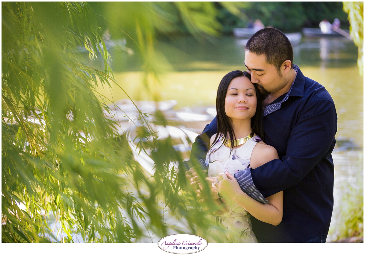 Centra Park Engagement Photographer photo ideas romantic willow tree boats