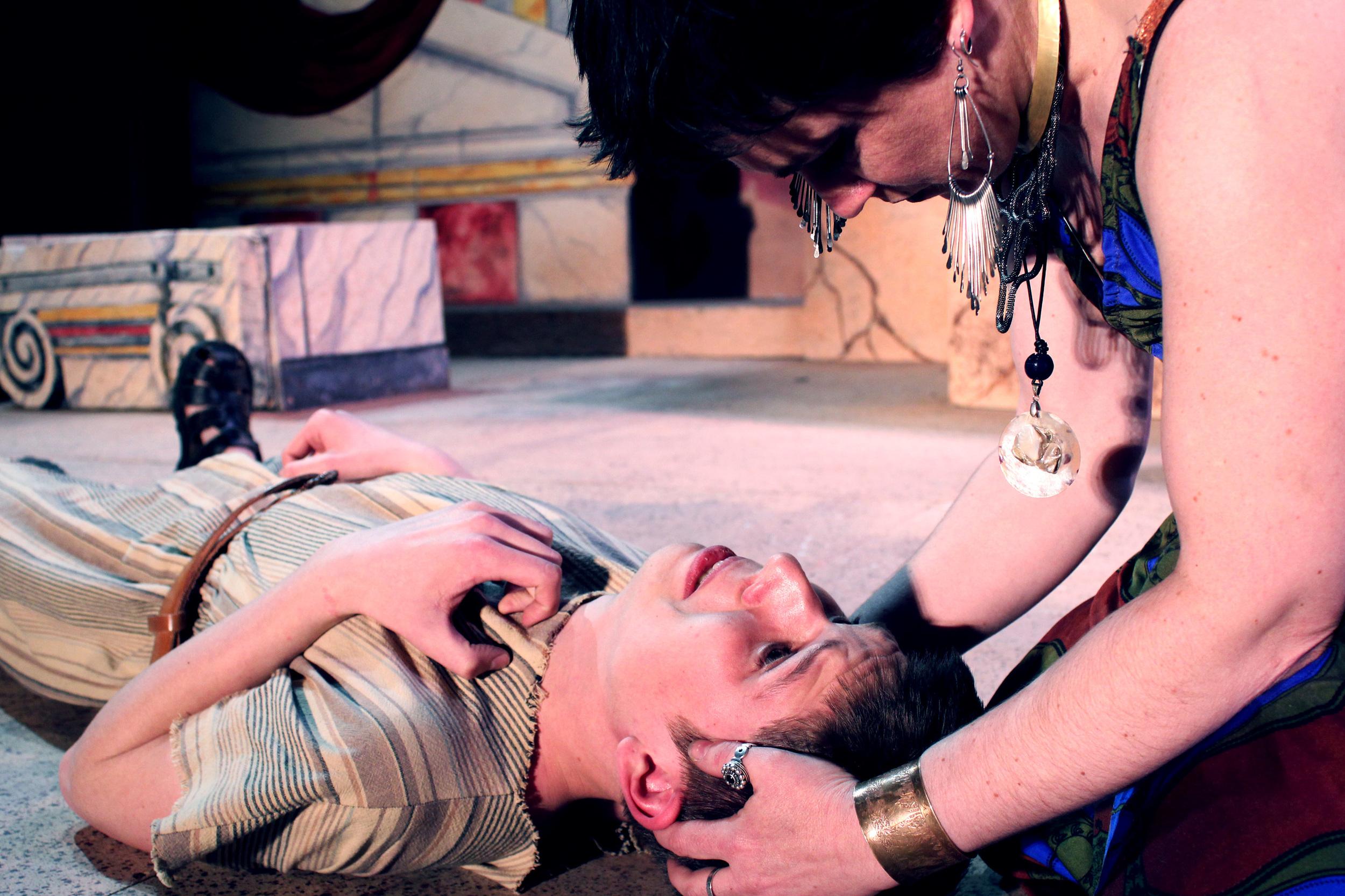 Thidias (Aidan Roth), Cleopatra (Francesca Amendolia)