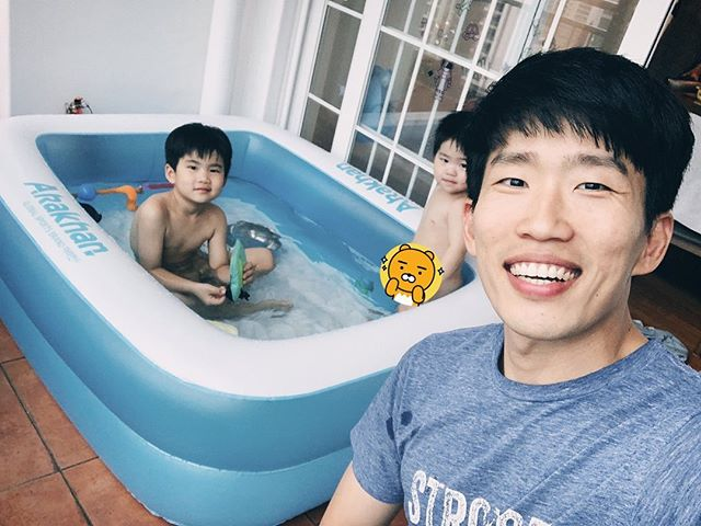 Definitely one of the best purchases we made recently 😘 A warm pool in the house! 수영장 있는 친구집에 놀러가 보니 너무 좋았는데 ^^ 이렇게 베란다에서라도 따뜻한 물에서 물놀이 할 수 있게 해 주니 너무 좋아하네요 :)