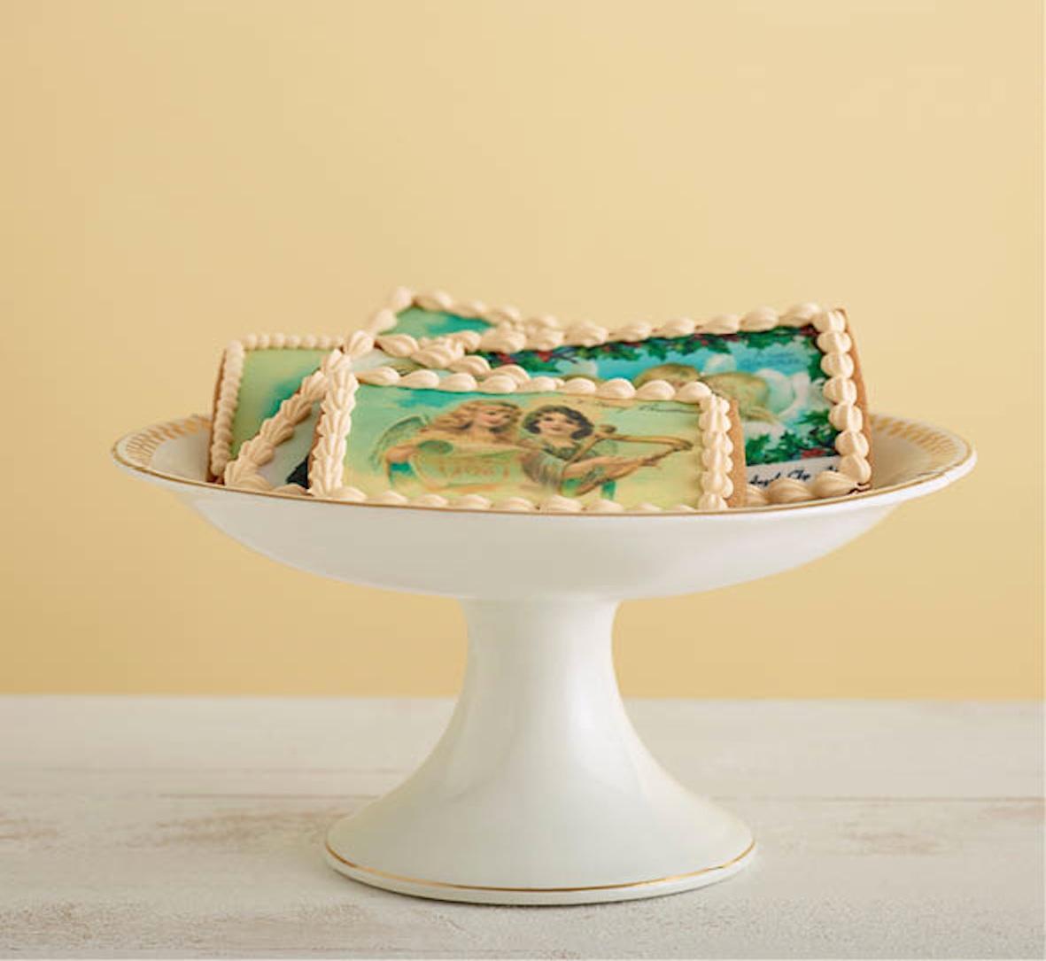 ☃ Een paar tips en suggesties ☃      Een toffe (en superservice) webshop voor 'koekjes-materiaal' allerhande is  Koek It .    Als je de koekjes wil verpakken, wikkel ze eerst in een stukje bakpapier om vetvlekken op de verpakking te vermijden. Je kan ze de perfecte finishing touch geven met een DIY verpakking, leuke ideetjes van  Brit + Co  !    Wie er na een creatieve koekjesnamiddag maar geen genoeg van kan krijgen en zijn/haar skills wil perfectioneren, raad ik de workshops van de  Koekenbakkers  aan. Ze gaan regelmatig (en zeker op vraag) door in Nederland & Belgie.    Finally, deze 'kaartjes' worden best persoonlijk afgegeven (just saying...)      PS : misschien wil je dit jaar de verre nichten en neven overslaan en de koekjes zelf opeten ☺