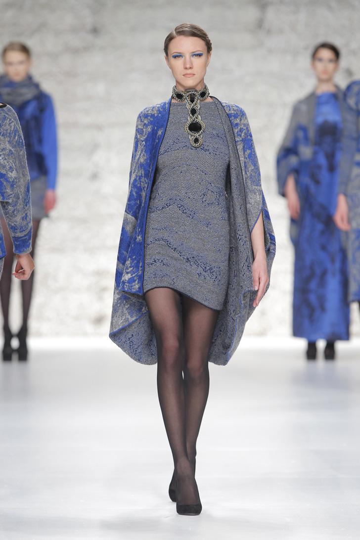 Пальто-пончо с нанотехнологичной орнаментальной вязкой.  Состав: 35% мохер, 20% вискоза, 35% хлопок, 10% полиамид.  Цена: 28700 руб.