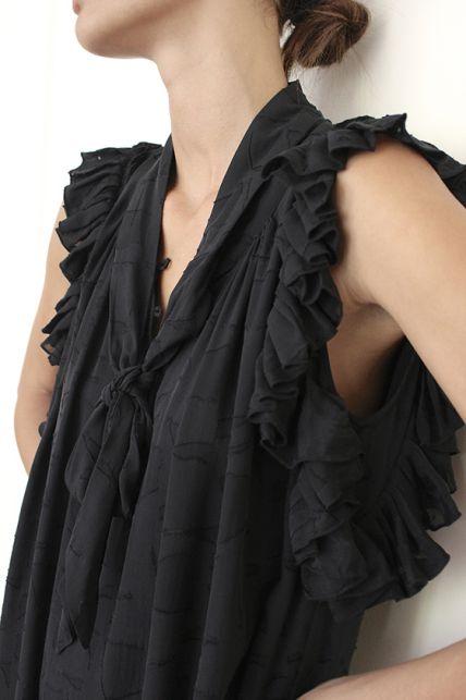 Oda шелковое платье с двойным шелковым полотном и ручной перфорацией.  Состав: 100% шелк, подкладка 100% район.  Цена: 30400 руб.