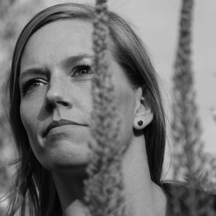 Anja Bach Hansen  Titel: Blomsterdesigner  Firma: Skråsnit   www.skraasnit.dk   Mail: mail@skraasnit.dk  Telefon: +45 61 66 03 36