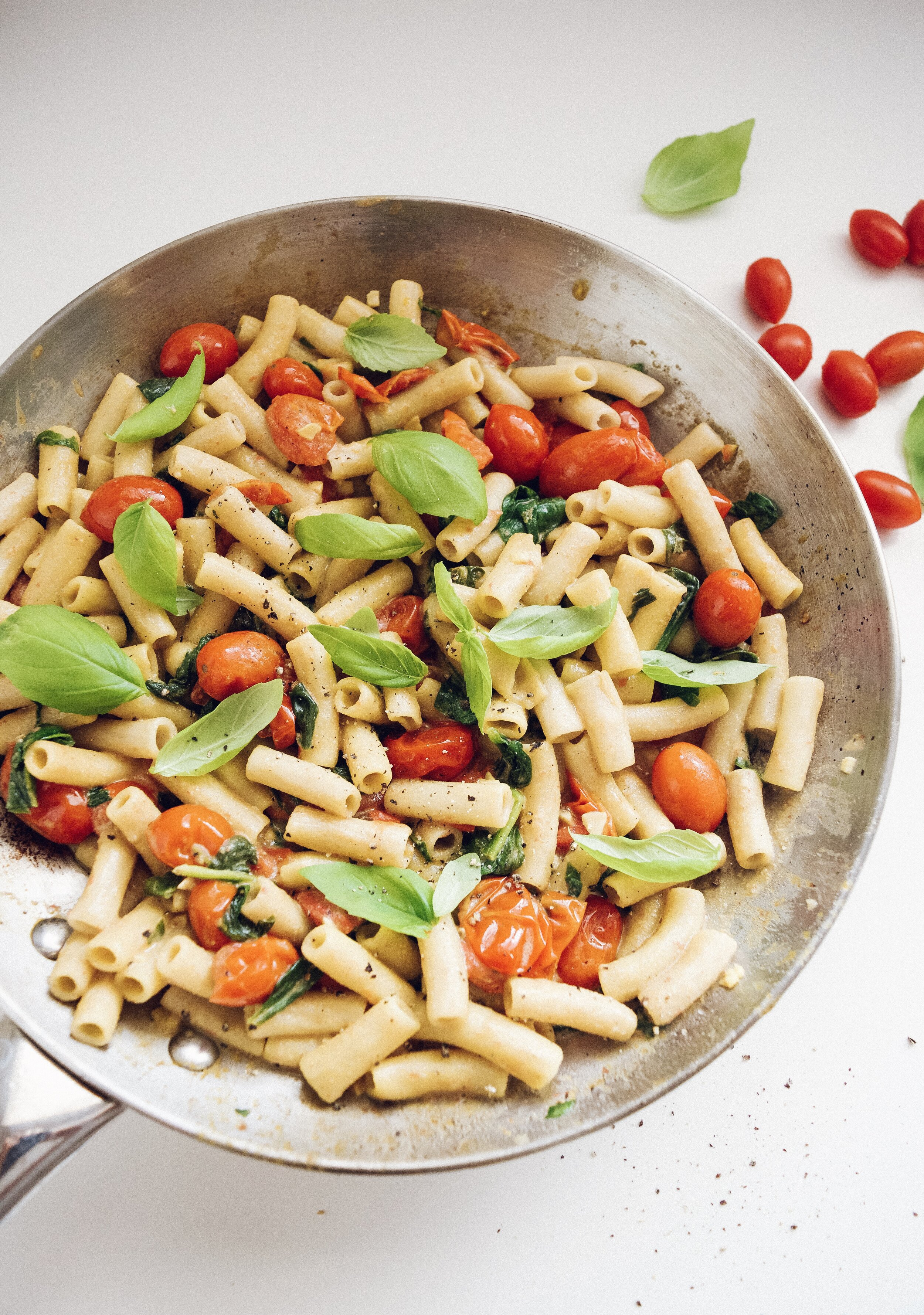 20-MINUTE-CREAMY-VEGAN-PENNE-PASTA-SPINACH-TOMATOES-HERB.JPG
