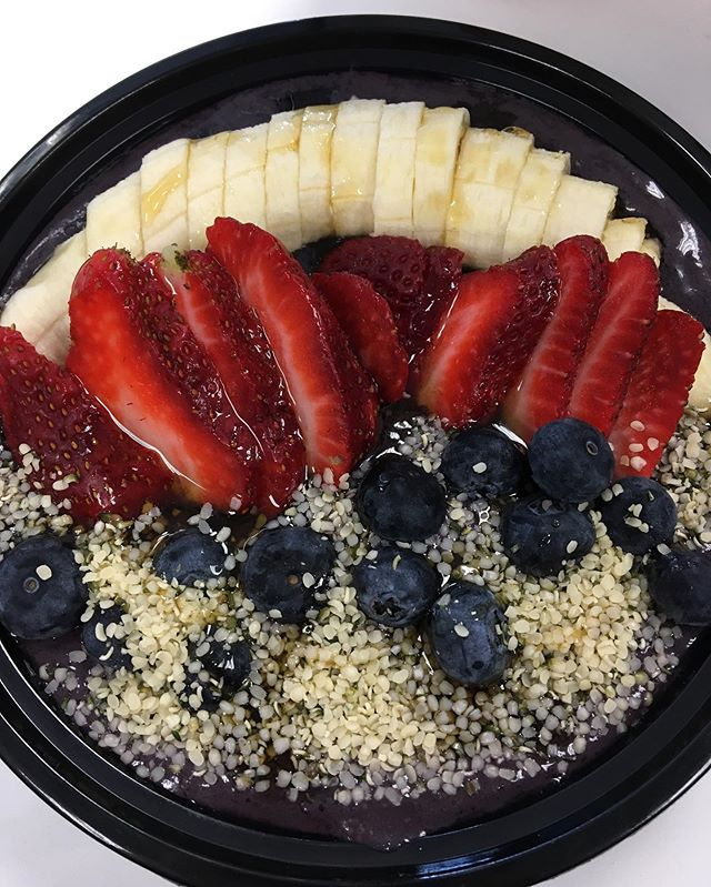 what a gorgeous ocean bowl 😍👌🏽 One of our delicious açai bowls that contain spirulina!  #healthyfood #healthyrecipes #delicious #vegan #blogto #insauga #wellness #healthybreakfast #healthylifestyle