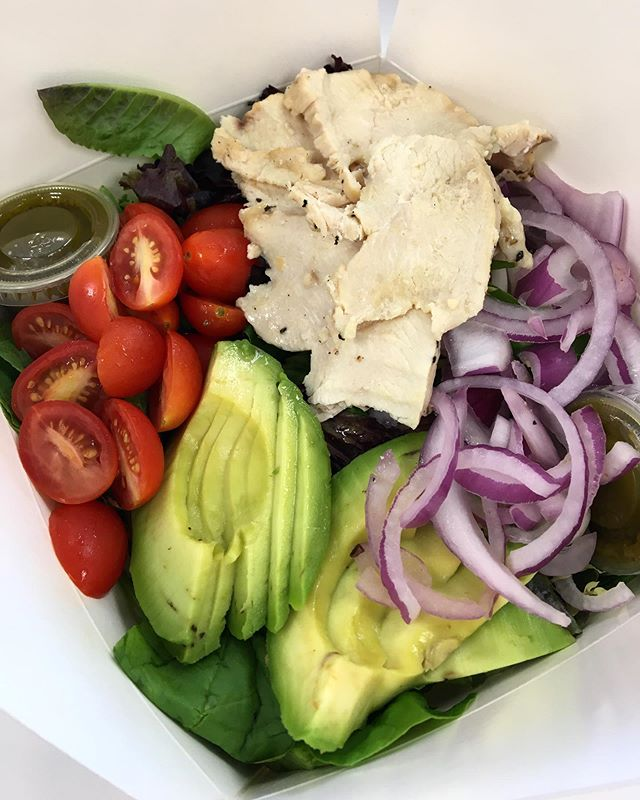 So delicious 😍 Healthy salad options are found at #organiquejuicebar  #healthy #organic #veggies #lunch #blogto #insauga #salad #lunchideas #foodie